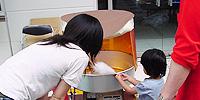 綿菓子機を使用している様子