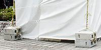 しっかりと固定したテントの様子
